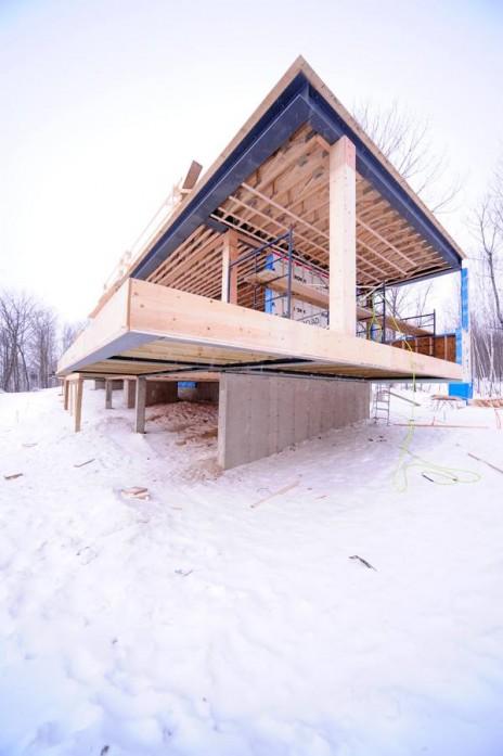 Résidence TM, Mont-Tremblant. Maison unifamiliale en bois et en acier avec Mu Architecture. Escalier en verre structurel. Wood and steel single-family home in Mont-Tremblant.