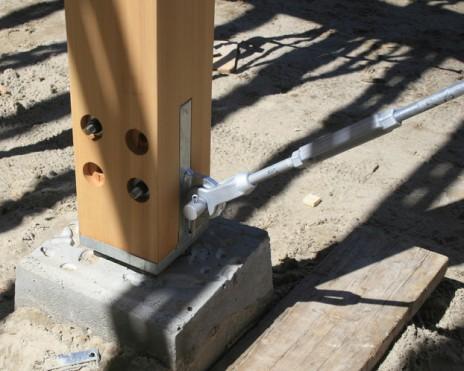 Chalet du Mont Jasper - connections en acier galvanisé aux colonnes en cèdre avec clévisse et goussets. Galvanized steel gusset and clevis connections in a cedar wood frame structure.