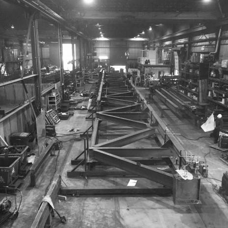 Méga truss en acier en fabrication.