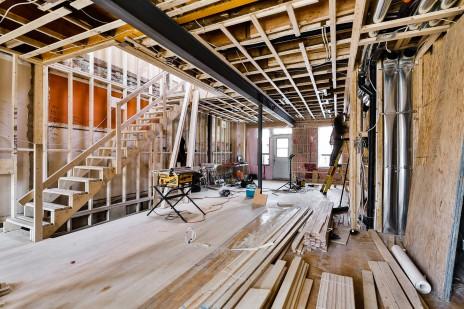 Mise en place d'une poutre d'acier pour le réaménagement d'un duplex, Villeray. Steel structure for a duplex in Villeray, Montreal.