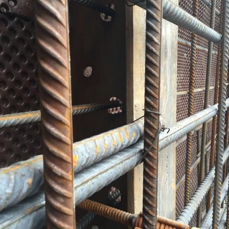 Armature qui passe au travers des pieux du mur berlinois pour le projet DUC 2, Montréal. Reinforcement continuous through a steel pile.