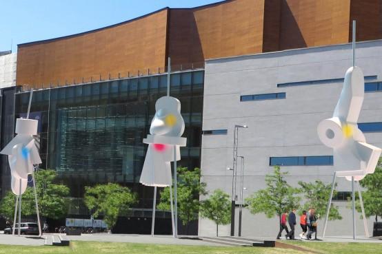 Gilles Mihalcean - sculpture Paquets de Lumière pour le parcours KM3, Place des Arts, Montréal. Aluminium, acier inoxydable, peinture.